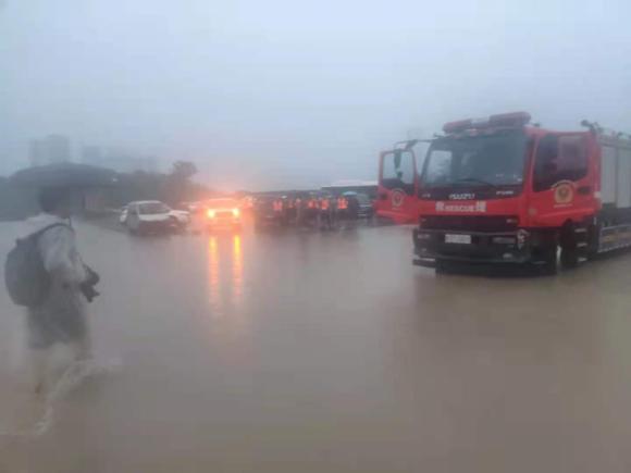 記者親歷鄭州救援現場 路口積水淹沒志愿者腰部