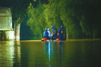 郑州白沙群众被困 救援从白天持续到深夜