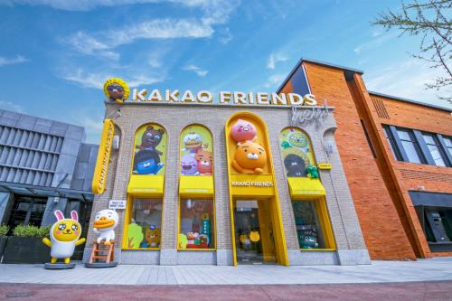 来了您嘞!KAKAO FRIENDS可可朋友北京旗舰店亮相北京环球城市大道