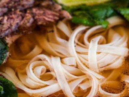 襄阳牛肉面的做法和配料:配料下粉面熬红油